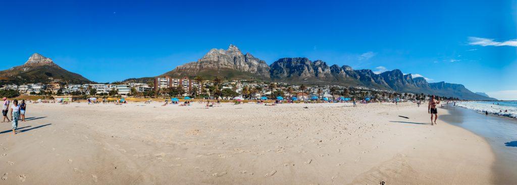 Kapstadt - Camps Bay mit dem Lion's Head, dem Tafelberg und den Zwölf Aposteln